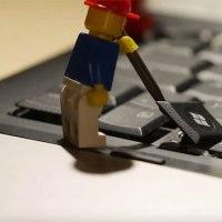 LEGO-Figuren zerstören ein Laptop
