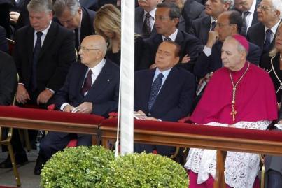 Silvio Berlusconi si addormenta durante la beatificazione di Wojtyla Foto