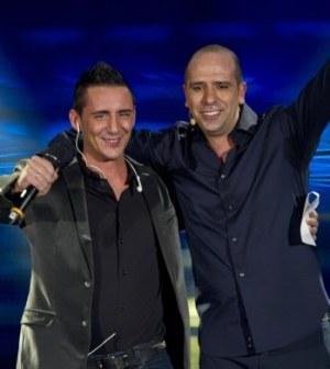 Foto di Checco Zalone insieme a cantante Kekko dei modà nello show del comico