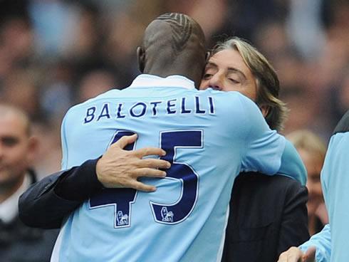 Mario Balotelli resta al Manchester City: i complimenti di Mancini