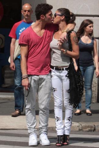 Belen e Stefano foto bacio