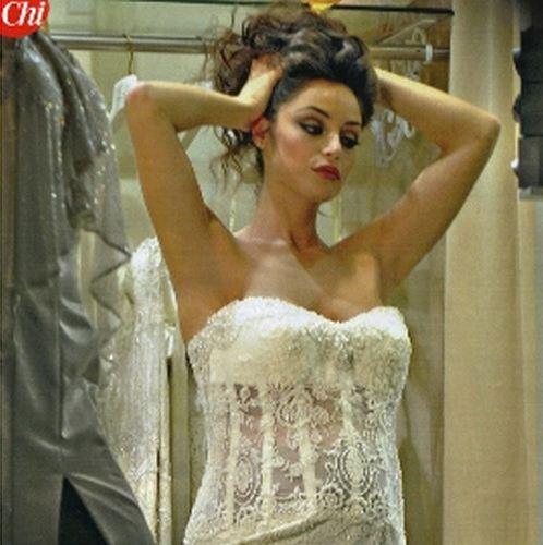 Foto di Raffaella Fico che prova un abito da sposa