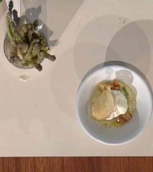 foto uovo ripieno e asparagi