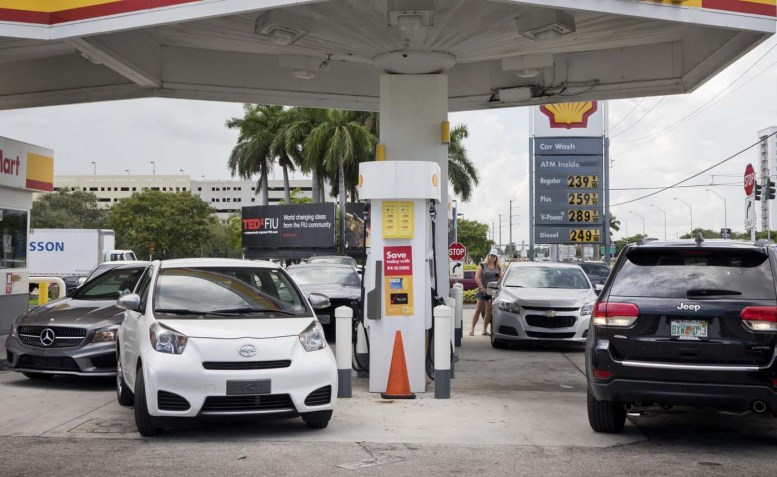 MIA09. MIAMI GARDENS (EE.UU.), 05/10/2016.- Fotografía de una vehiculos haciendo fila para comprar combustible en una estación de gasolina hoy, miércoles 5 de octubre de 2016, en Miami Gardens (EE.UU.). El poderoso huracán Matthew, que perdió algo de intensidad tras haber azotado el martes por la noche el extremo oriental de Cuba, deja sentir sus efectos sobre Bahamas, desde donde avanzará luego hacia la costa este de Florida, informó el Centro Nacional de Huracanes (CNH) de EE.UU. EFE/CRISTOBAL HERRERA