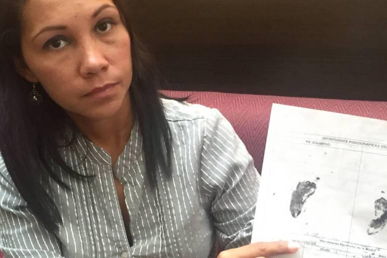 Una pariente de María de los Ángeles Carreño muestra la partida de nacimiento de Mía, una bebé prematura que murió tres horas después de nacer. La madre, de 19 años, también falleció luego de que su condición empeoró tras el parto. Photo: Sara Schaefer Muñoz/The Wall Street Journal