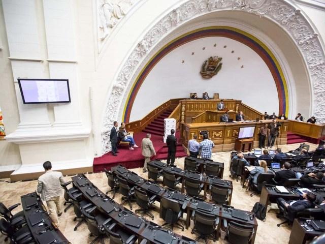 CAR01.  EFE/MIGUEL GUTIÉRREZ[/caption]    Este martes la plenaria de la Asamblea Nacional discute sobre la masacre ocurrida en la población de Barlovento, donde parecieron en una fosa común 12 cadáveres.  La diputada por la bancada de la Unidad, Delsa Solórzano, abrió el debate afirmando que