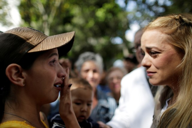Lilian Tintori, wife of jailed Venezuelan opposition leader Leopoldo Lopez, speaks with a woman after a gathering to donate supplies at the Dr. Jose Gregorio Hernandez Hospital in Caracas, Venezuela November 30, 2016. REUTERS/Ueslei Marcelino