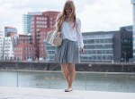 mini-pleated-skirt-fashion-blogger-outfit-inspiration-duesseldorf-speedy-azur-statement-necklace2