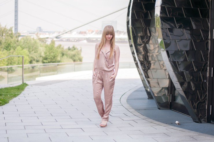 summer-night-out-blogger-outfit-how-to-wear-satin-jumpsuit-düsseldorf-nrw-modeblogger-high-heels-style-1