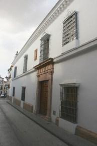 Fachada vista desde la calle Aguilar.