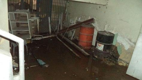 El agua tiene meses empozada en el sótano de la maternidad e impide entrar al depósito. Manuel Alegría