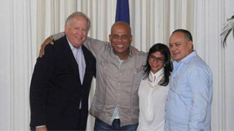 """Cabello es el encargado de las conversaciones oficiales entre Estados Unidos y la """"revolución bolivariana"""". Sonriente, en Haití, junto a Thomas Shannon, el presidente de Haití, Michel Martelly y la canciller Delcy Eloína Rodríguez Gómez."""