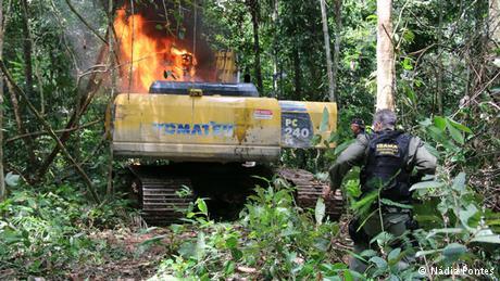 Retroexcavadora quemada en operación. Foto: DW Brasil