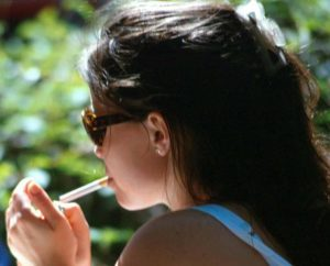 ragazza_sigaretta_fumo_5627856278