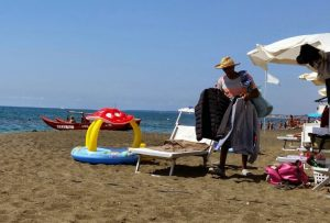 spiaggia-venditore-ambulante-latina-mare