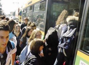 autobus-studenti-folla-bus