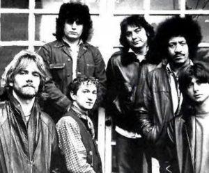 Pino Daniele (secondo da sinistra) nel 1980. In questa immagine con la band storica: da sinistra, Toni Esposito, Joe Amoruso, Tullio De Piscopo, James Senese e Rino Zurzolo