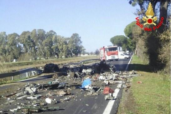 FOTO Tir si ribalta sull'Appia perdendo il carico, strada chiusa