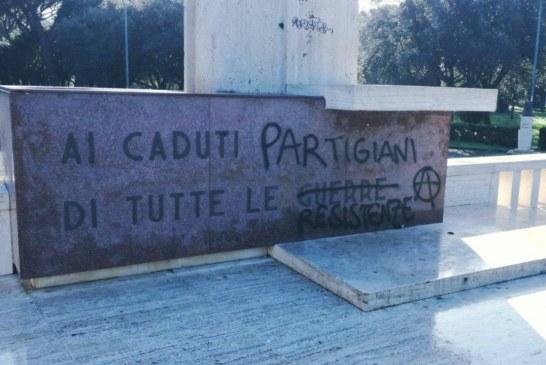 FOTO Vandali al parco Falcone Borsellino, imbrattato il monumento ai caduti