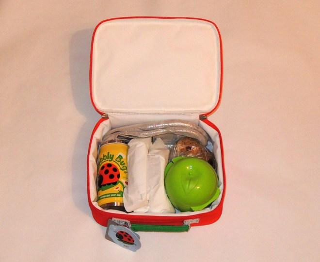 Ce am pus în gentuţă: o caserolă pentru fructe, mini-termosul cu pai, două sandvişuri, o punguţă cu fursecuri şi o pereche de papucei de schimb.