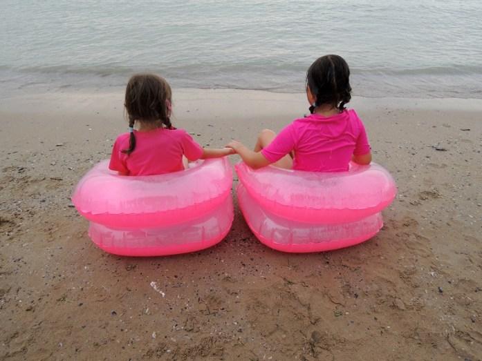 Fotolii gonflabile. Eliza şi verişoara ei la aproape 8, respectiv 7 ani.
