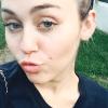 Miley Cyrus aparece con el cabello largo y un fleco de 'bebé'