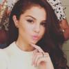 Selena Gomez posa en camisón y sin sosténmientras habla de su vida privada