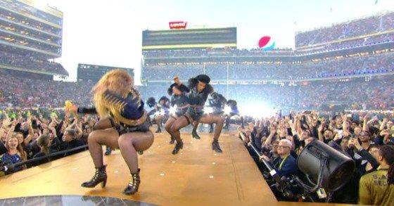 Beyoncé casi se cae en show del Super Bowl