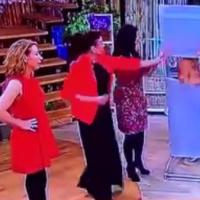 Una modelo se desmayó en un programa en vivo y dejó al descubierto sus senos  (SIN CENSURA)