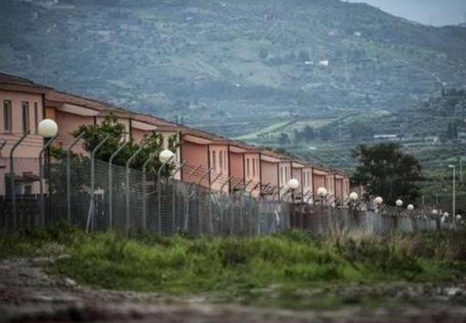 Migranti/profughi: accoglienza, affari e speculazioni