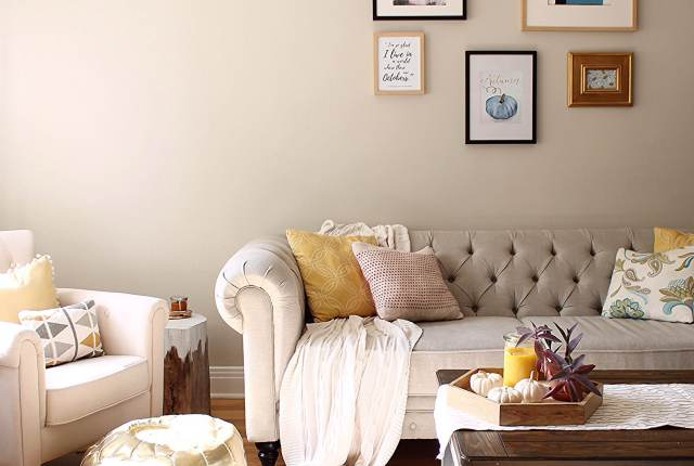 You don't have to shop a lot, to add that cozy fall vibe to your living room! 3 easy steps and a free print, to make your space fall ready!