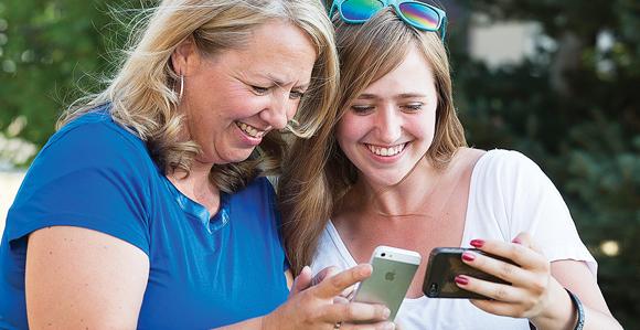 genitori con smartphone