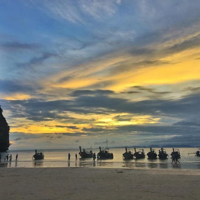 Coucher de soleil sur la plage de Railay oovatu thailandhellip