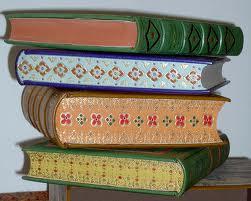 El trabajo en los lomos de los libros es una de los tantos detalles que puede tener el trabajo fino de encuadernación