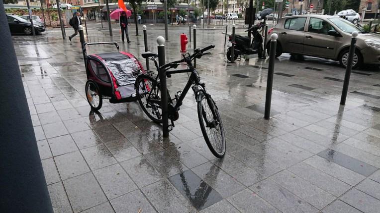 Mon vélo et sa remorque sous la pluie