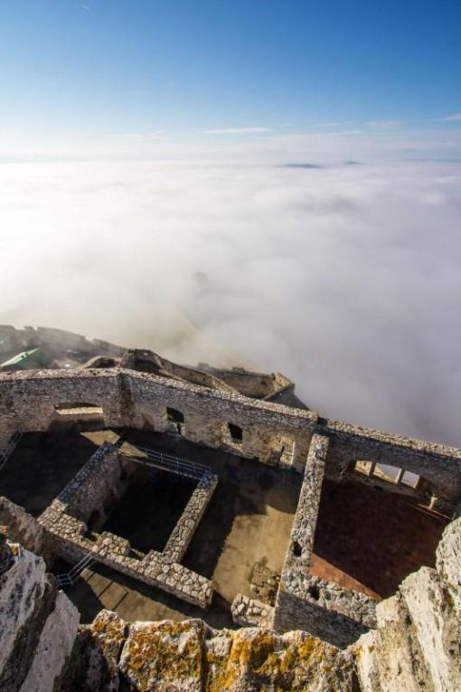 spiss castle ylsi yli pilvien