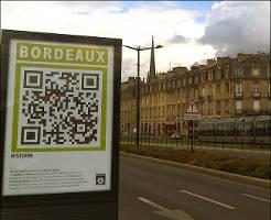 Le QR code peut être utilisé pour fournir des informations complémentaires, ici sur la ville de Bordeaux.