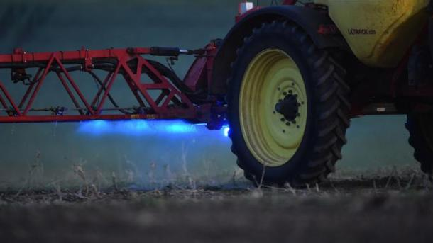 French farmer Nicolas Denieul pulverizes a glyphosate herbicide made by agrochemical giant Monsanto in Piace, northwestern France, in a field of no-till corn planted on May 11, 2018. Using a 10-year old conservation farming practice, French farmer Nicolas Denieul has reduced the use of glyphosate to half a litre instead of one litre per hectare and per year. / AFP PHOTO / JEAN-FRANCOIS MONIER