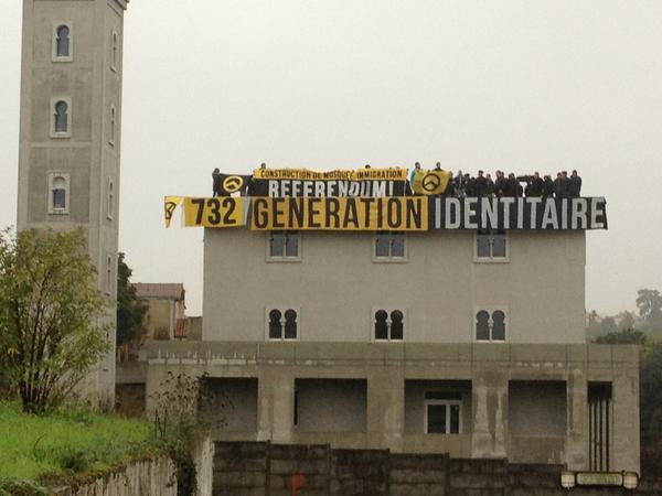 Occupation de la mosquée de Poitiers par les militants de Génération identitaire, le 20 octobre 2012.