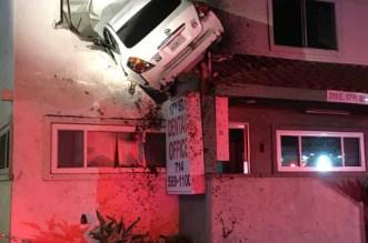 Californie: une voiture termine sa course dans un immeuble (VIDEO)