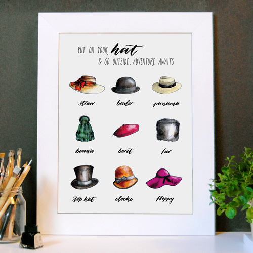 Idée déco: Affiche «Put on your hat & go outside. Adventure awaits» (Mets ton chapeau et sort. L'aventure t'attend) | Avec cadre blanc | Dessins, mode et typo | LettersLoveLife