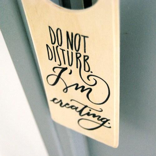 Un regalo per chi ama il fai da te e per i creativi: doorhanger design originale Letters Love Life