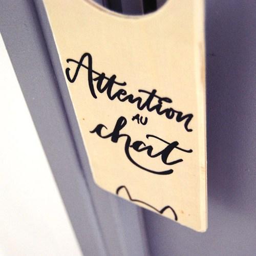 """Idée cadeau originale pour les amoureux des chats: doorhanger en bois """"Attention au chat"""""""