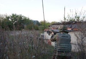 Uno dei volontari punta il suo fucile dopo aver intravisto un gruppo di separatisti e comincia a sparargli contro.