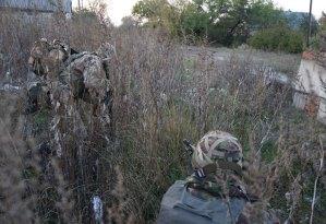 Tuttavia, subito dopo un cecchino comincia a spararci, costringendoci a separarci per trovare riparo.