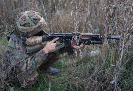 Uno dei volontari ucraini si ferma mentre il gruppo sta cercando di capire da dove sta sparando il cecchino.