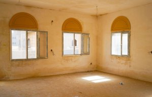 L'interno di una delle abitazioni abbandonate, dotata di porte e finestre