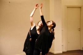 Una breve performance e uno scambio con i partecipanti per condividere la danza che ci proponiamo di coltivare. Consapevolezza, ascolto, piacere del proprio corpo in movimento. Abitare uno spazio, lasciare un'impronta, mettere una radice. Entrare in relazione con l'altro. Muoversi nel proprio respiro. Queste sono solo alcune delle mete e delle immagini che nutrono il movimento e vivono nella danza. Di e con: Flora Pulici, Sofia Castelli, Xhoii Llalla. Direzione e regia: Melissa Valtulini. 22 aprile 2015. Menscoprore, Treviglio.