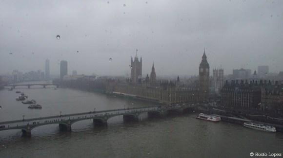 La vista de Londres desde el London Eye captura componentes claves de la ciudad: el río Támesis, las estructuras de Londres vieja, los puentes que conecta la ciudad, y la lluvia que la define. Foto por Rocío Lopez.