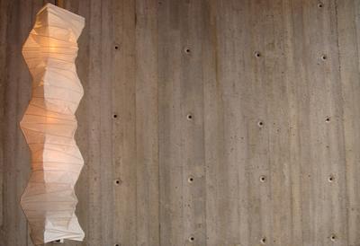 Lampa och betongvägg på Yasuragi Hasseludden